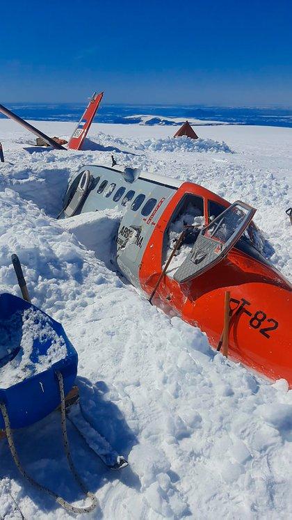 La aeronave siniestrada, cubierta de hielo antártico (Prensa EMCO)