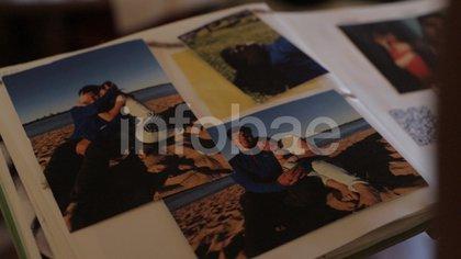 El álbum de fotos que Julieta le regaló a Fernando. En las imágenes están en las playas de Entre Ríos, donde viajaron el año pasado con los padres de ella