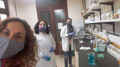 Las investigadoras en tiempos de covid en el laboratorio donde están llevando a cabo el proyecto de los geles