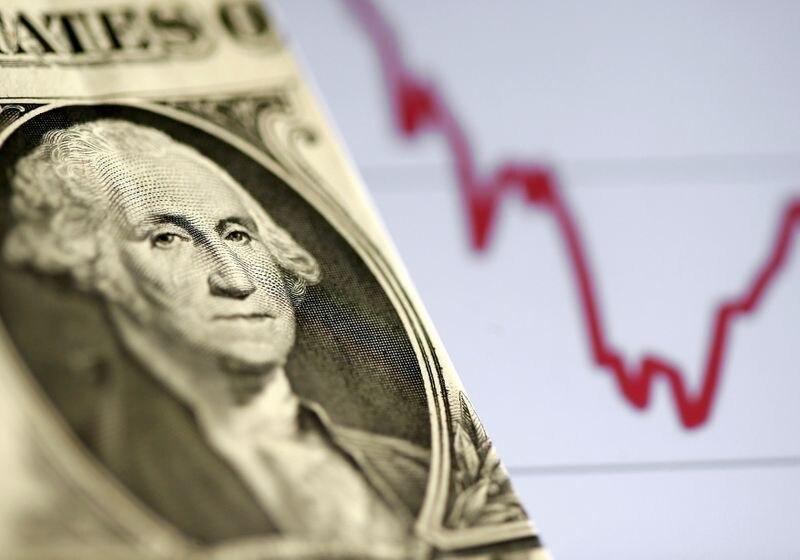 FOTO DE ARCHIVO: Ilustración con un billete de dólar estadounidense ante un gráfico bursátil, 7 de noviembre de 2016. REUTERS/Dado Ruvic