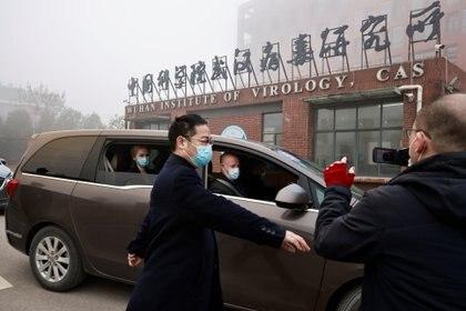 Peter Daszak y Thea Fischer, miembros del equipo de la Organización Mundial de la Salud (OMS) encargado de investigar los orígenes de la enfermedad del coronavirus (COVID-19), visitaron el Instituto de Virología de Wuhan, en Wuhan, provincia de Hubei, China, el 3 de febrero de 2021. REUTERS/Thomas Peter