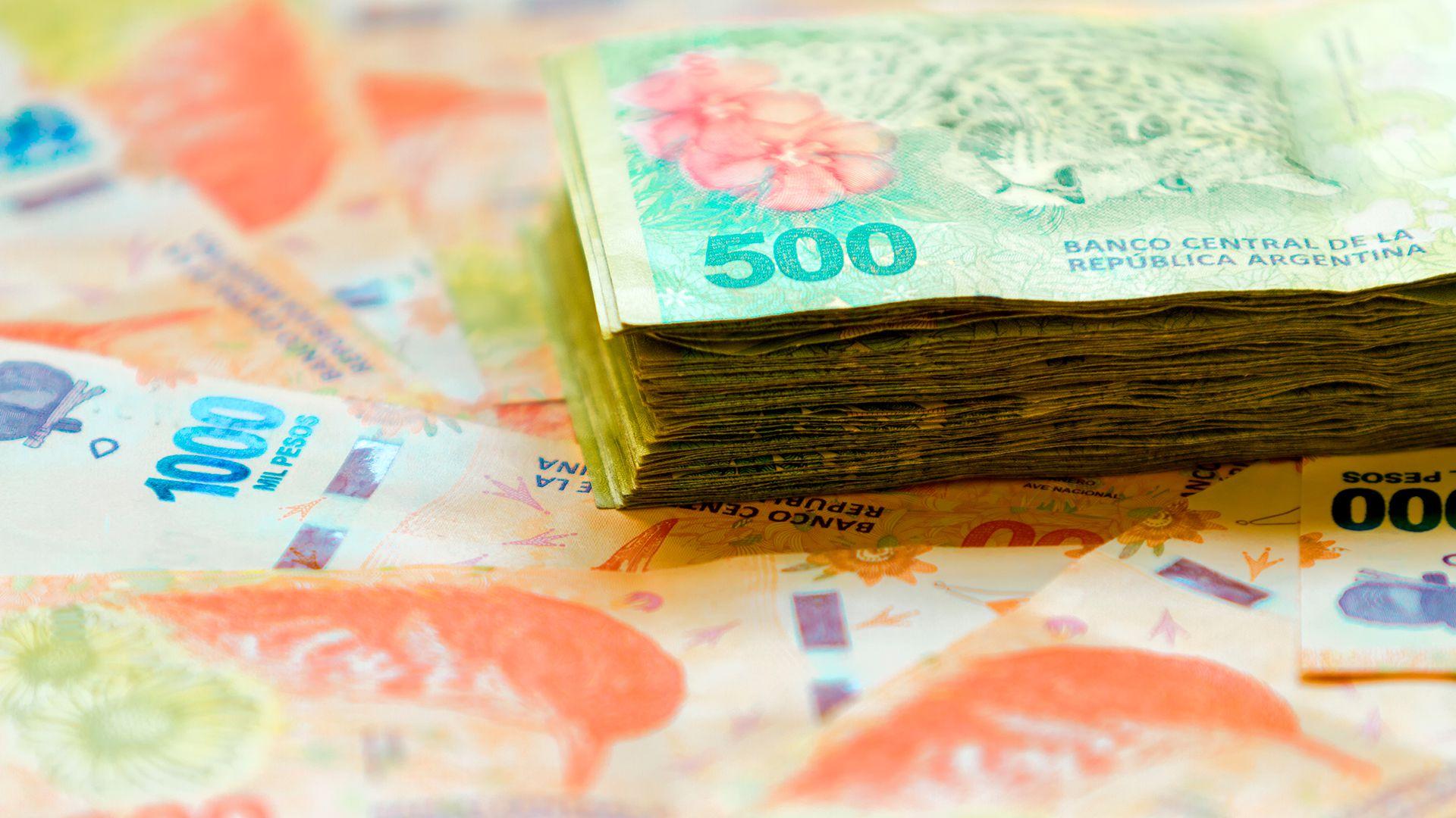 Los billetes acumulan todo tipo de microorganismos, al igual que las pantallas de los celulares (Foto: Shutterstock)