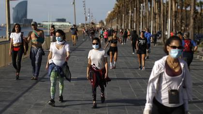 En Barcelona hubo mucha gente en los paseos (AP Photo/Emilio Morenatti)
