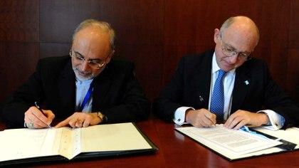 Héctor Timerman firmando el Memorándum con Irán