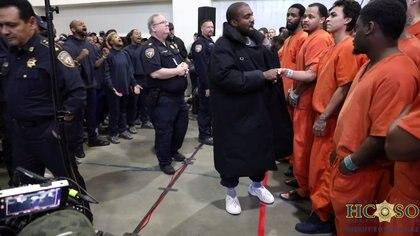 Kanye West saludó a los reos antes de dar su servicio (Foto: Reuters)