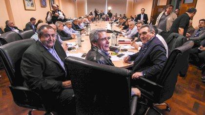 El nuevo triunvirato de la CGT se reunió el viernes con el Gobierno(Télam)