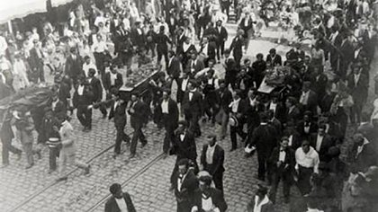 Los féretros de los obreros muertos en la semana trágica de 1919