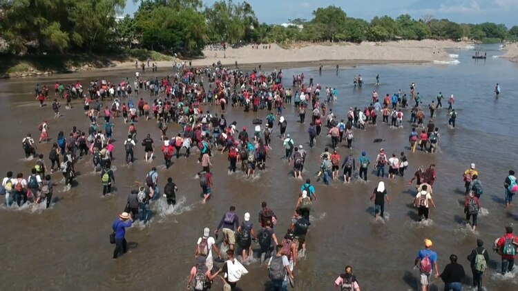 Ante la negativa del gobierno mexicano, cientos de migrantes cruzaron la frontera a través del Río Suchiate (Foto: AFP)