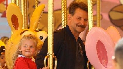 Bradley Cooper con su hija Lea De Seine en Disneyland, California (The Grosby Group)