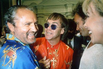 Año 1992. Gianni Versace junto a Elton John en una fiesta en Londres. El diseñador estaba siempre rodeado de artistas. Foto: Richard Young/Shutterstock