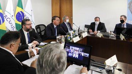 Jair Bolsonaro junto a funcionarios de su gobierno mantiene una conferencia virtual con los presidentes de los países socios del Mercosur en julio, para evaluar los avances del acuerdo con Europa (Marcos CORREA / AFP).