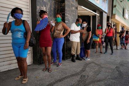 Gente con máscaras faciales hace fila en la Havana, Cuba, July 8, 2020. Picture taken July 8, 2020. REUTERS/Alexandre Meneghini