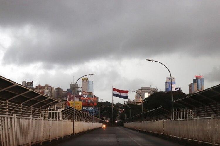 El Puente de la Amistad que conecta Ciudad del Este en Paraguay con Foz do Iguacu en Brasil es fotografiado luego del cierre e fronteras debido al brote de la enfermedad del coronavirus (COVID-19) en Foz do Iguacu, Brasil (REUTERS/Christian Rizzi)
