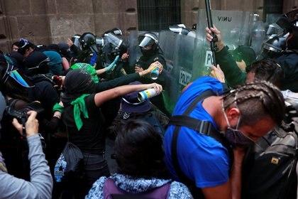 Hubo connatos de violencia en los cuales una mujer policía resultó con fractura de mano y fue llevada a un hospital Foto: REUTERS/Carlos Jasso