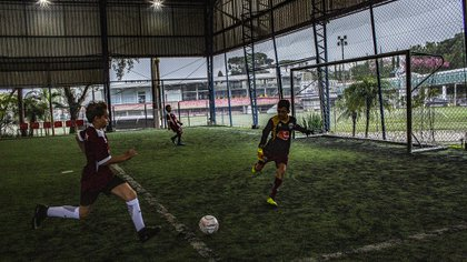 Niños juegan fútbol en el campo de entrenamiento del Trieste Futebol Club, la factoría de los Stival en Curitiba. (Dado Galdieri/The New York Times)