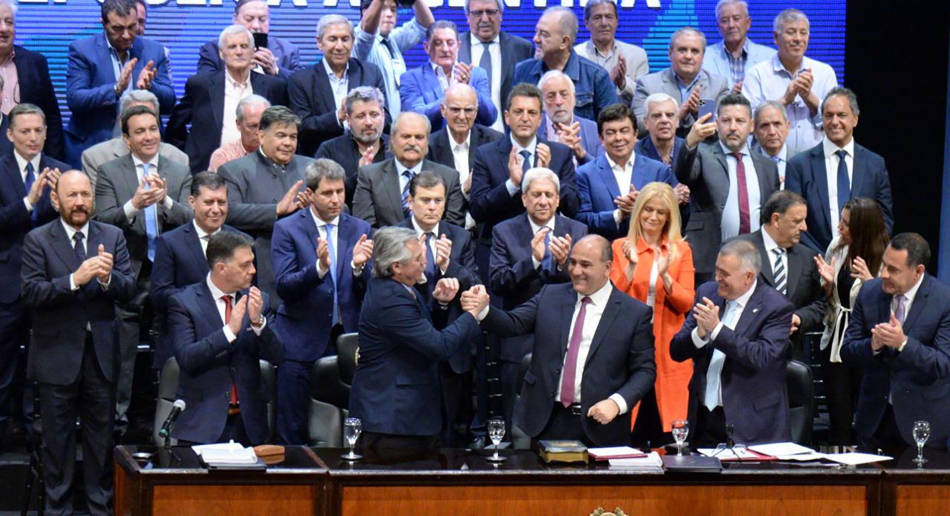 """El día de la victoria no dejaron a muchos gobernadores subir al escenario. Al otro día, en Tucumán, Juan Manzur se cobró revancha y lo presentó a Alberto Fernández como el """"jefe del peronismo"""". Cristina Kirchner rió después que él y todavía está castigado."""