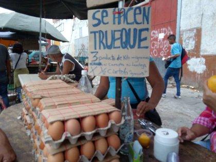 Crecen en los mercados de Caracas los puestos que ofrecen el truque de alimentos o productos de limpieza (fotos: Elizabeht Ostos)
