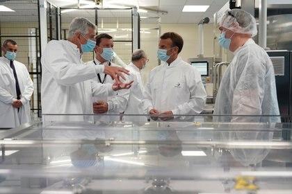 El presidente francés Emmanuel Macron en un laboratorio de la planta de Sanofi en Marcy-l'Etoile, cerca de Lyon, Francia (Laurent Cipriani/REUTERS/Archivos)