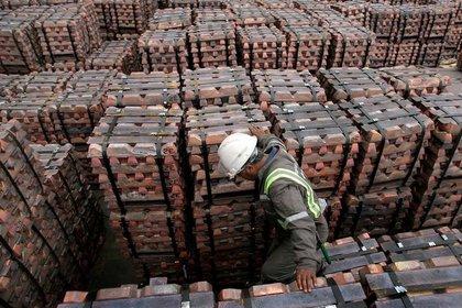 Foto referencial de archivo de un trabajador revisando un cargamento de cobre en el puerto de Valparaíso, Chile. Agosto, 2006. REUTERS/Eliseo Fernández