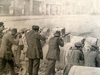 Una barricada durante el período de guerra civil en Alemania que siguió al fin dela Primera Guerra Mundial (Illustrirte Zeitung)