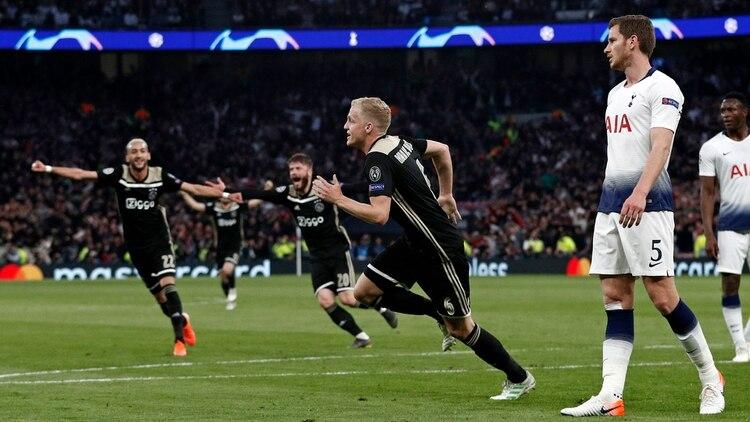 Con gol de van de Beek, el equipo holandés triunfó por la mínima en Londres (AFP)