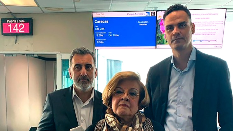 Edison Lanza, Esmeralda Arosemena de Troitiño y Paulo Abrāo, los tres integranets de la comisión de la CIDH que fueron impedidos de abordar el vuelo de Copa Airlines en Panamá cuando ya tenían sus pases de abordar rumbos a Caracas (@CIDH)