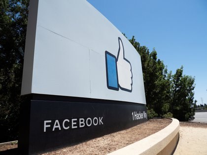 """Imagen de un """"Like"""" de Facebook en la sede de la compañía en Menlo Park, California (EE.UU.), este 29 de junio de 2020. EFE/John G. Mabanglo"""