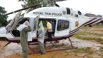 El helicóptero de rescate espera para llevar al niño evacuado al hospital de Chiang Rai (Reuters)