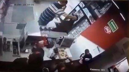 Hombre agrede a los empleados de una heladería por pedirle que utilice cubrebocas (Foto: Captura de Pantalla)