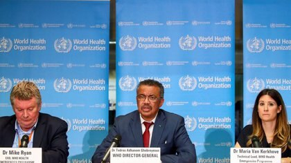 El director ejecutivo del programa de emergencias de la Organización Mundial de la Salud, Mike Ryan, el director general de la OMS, Tedros Adhanom Ghebreyesus, y la directora técnica del programa de emergencias de la OMS, Maria van Kerkhove, hablan en una conferencia de prensa sobre el coronavirus, en Ginebra (Reuters)