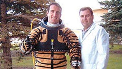 Pablo de León, con uno de los trajes que diseñó hace algunos años