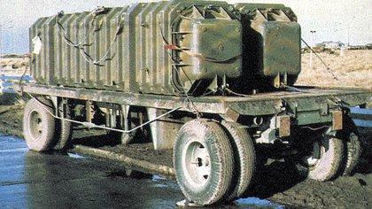 En una calle de Puerto Argentino, las dosunidades contenedor-lanzador de misiles Exocet MM-38 sobre su carreton de transporte (Chacho Rodríguez Muñoz)