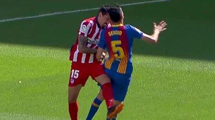 El cabezazo que recibió Sergio Busquets, lo sacó de la cancha y lo mandó al hospital en el Barcelona-Atlético Madrid
