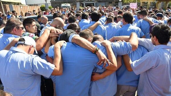 Amigos y compañeros y vecinos en elvelatorio de Leandro Alcaráz (Télam)