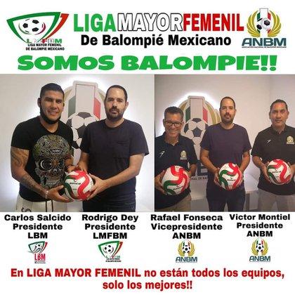 Fotos de Rodrigo Day con directivos de la LBM (Foto: Facebook/ @LigaMayorFemenil)