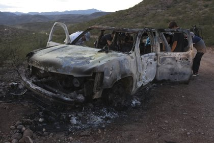 Después de atacarlos a tiros, los responsables prendieron fuego a los autos de la caravana de la familia LeBarón (Foto: AFP / Herika Martinez)
