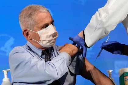 Foto del Dr. Anthony Fauci preparándose para recibir la vacuna de Moderna pra el coronavirs en Bethesda. (Patrick Semansky via REUTERS)