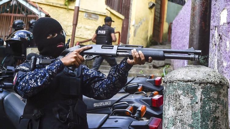 El FAES (Fuerza de Acción Especial de la Policía Nacional Bolivariana) tomó fuerza como grupo de tareas. De manera sigilosa, sin grandes operativos y con agentes anónimos -van siempre con la cara cubierta- se ocuparon de sofocar cualquier protesta en los barrios más pobres del país.