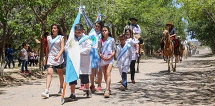El desfile patrio de los alumnos de la escuela de Pico
