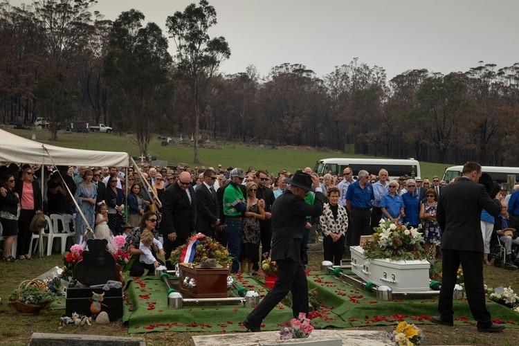 El funeral de Robert Salwayy su hijo Patrick en Cobargo. Murieron tratando de proteger su casa de las llamas (The New York Times)
