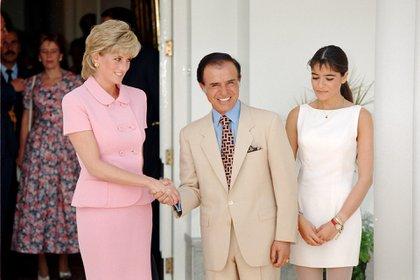 La princesa Diana visitó a Menem y a su hija Zulemita en la Quinta de Olivos en 1995. Fue una visita extraoficial ya que Diana se encontraba separada del príncipe Carlos. Ese fue uno de los primeros contactos del mandatario con miembros de la realeza británica tras el conflicto en el Atlántico Sur. El actual canciller Jorge Faurie, entonces director nacional de Ceremonial, fue el encargado de organizar la visita. (Tim Rooke/Shutterstock)