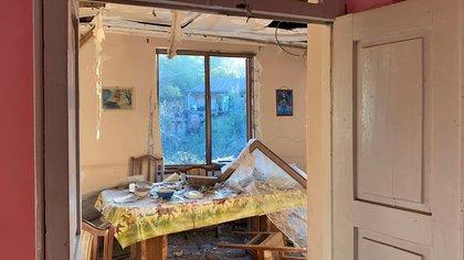 Vista de los destrozos causados en una vivienda en Stepanakert, por los combates en Nagorno Karabaj (Foto EFE/Pablo González).