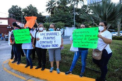 Trabajadores de la Universidad Autónoma de Guerrero también se hicieron presentes en las protestas, así como músicos del puerto quienes solamente piden proyectos productivos para que se pueda reactivar la economía. (Foto: EFE)