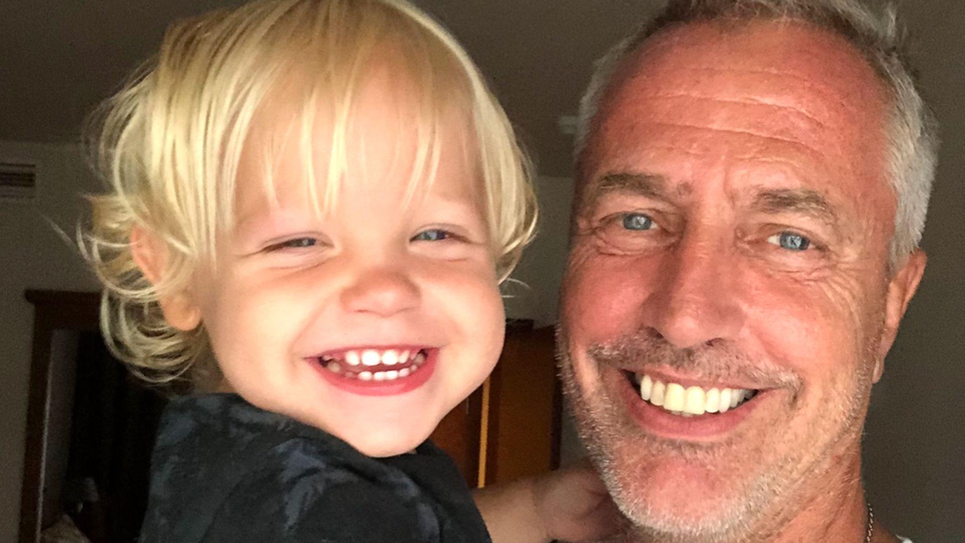 Padre e hijo disfrutando de la cuarentena entre juegos, libros y jardín de infantes online