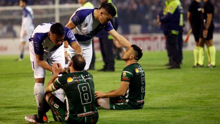 Los jugadores del club San Jorge de Tucumán realizaron una sentada en protesta al arbitraje en la final de vuelta por el ascenso a la B Nacional ante Alvarado de Mar del Plata (Télam)
