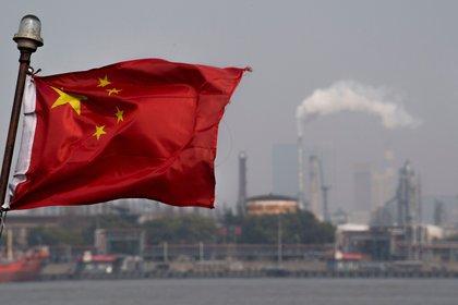 Bandera china ondeando en frente de la refinería de la empresa Shanghai Gaoqiao en Shanghai. (Bloomberg)