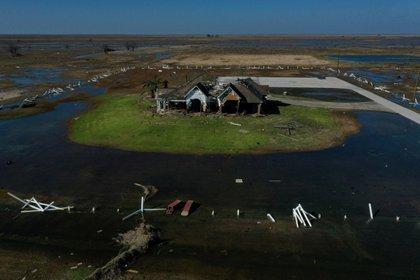 Se ve una casa destruida tras el huracán Delta en Creole, Louisiana, EE.UU., el 10 de octubre de 2020. Foto tomada con un dron. REUTERS/Adrees Latif