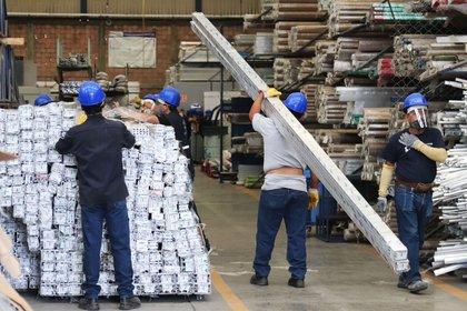 El rezago tecnológico, la caída del sector manufacturero y el nuevo coronavirus han provocado que el 80% de empresas se ve afectada en estos tiempos de crisis Foto:  EFE/José Pazos