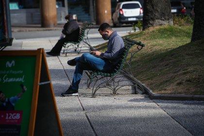 Personas con tapabocas son vistas en la Plaza Independencia de Montevideo (Uruguay). EFE/Federico Anfitti/Archivo