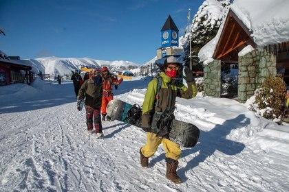 El centro de esquí andino del Cerro Catedral, en Bariloche, abrió sus puertas la última semana para quienes tienen el pase de residentes, con estrictos protocolos sanitarios (Télam)